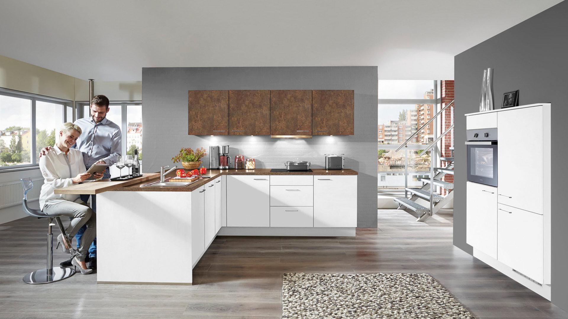 Einbauküche mit gorenje Elektrogeräten und Küchenschrank-Kombination ...