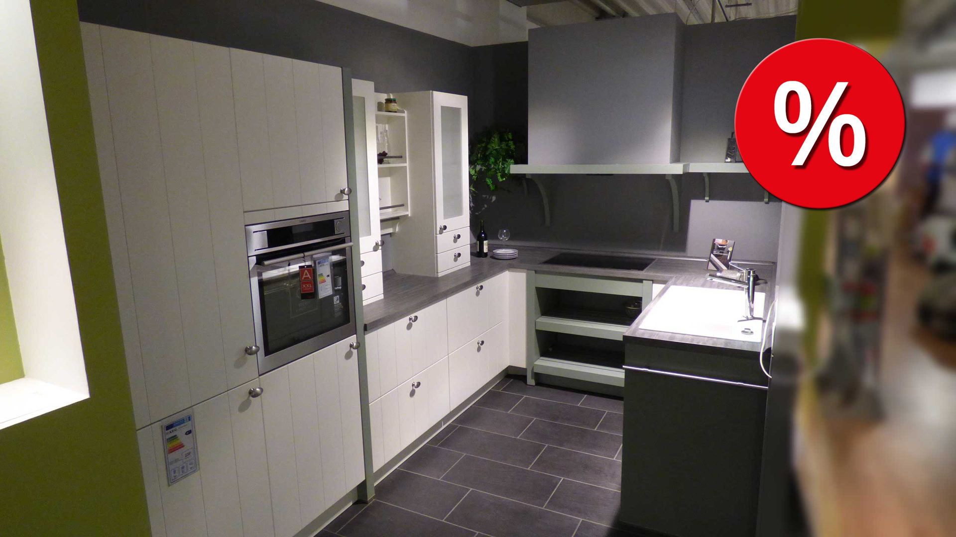 Stark reduzierte Schüller Küche, Einbauküche DOMUS inkl. AEG E-Geräte, Lack  weiss Seidenglanz 103, Arbeitsplatte Tonschiefer