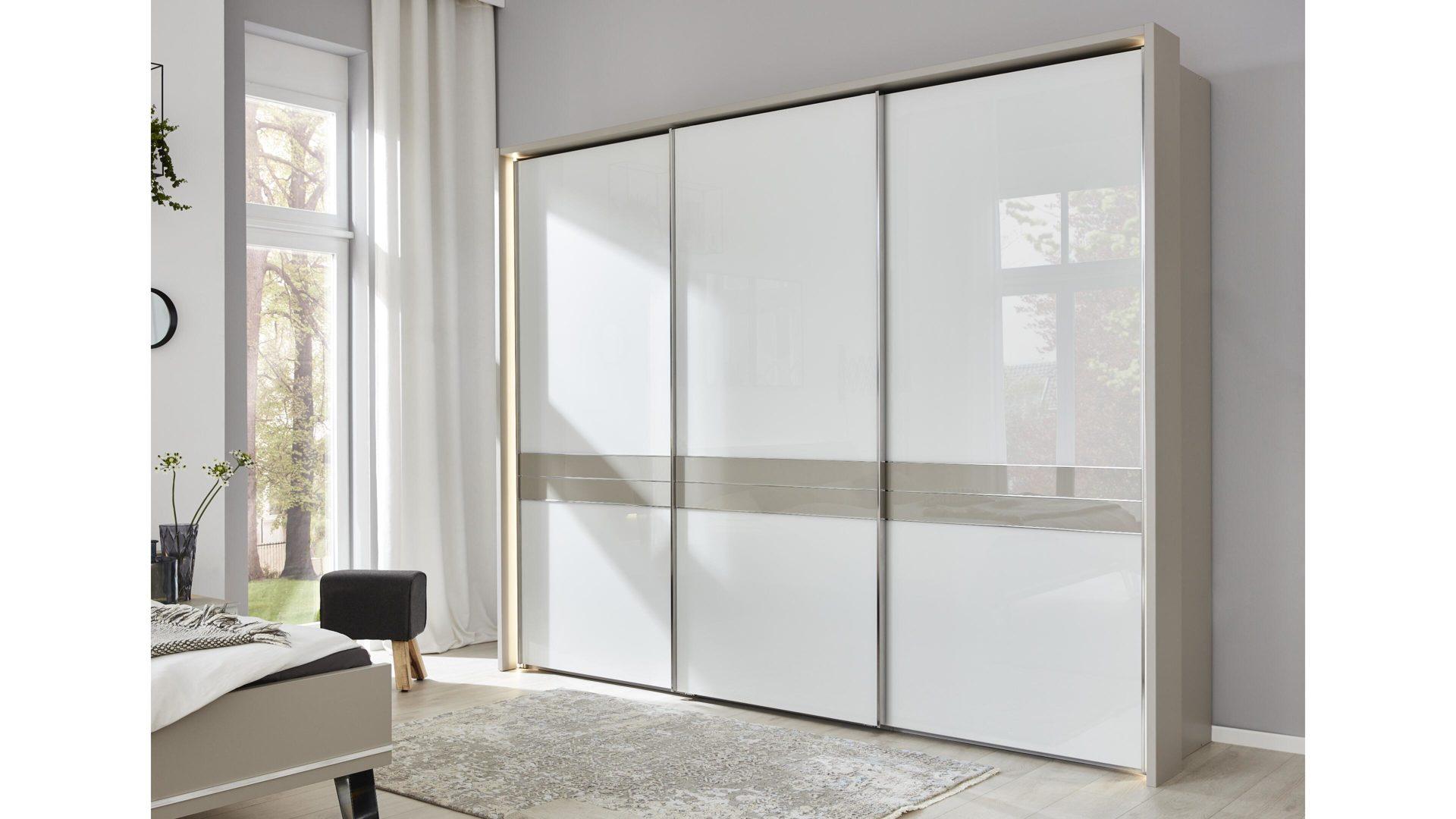 Interliving Schlafzimmer Serie 1009 – Schwebetürenschrank, weiße Glas- &  kieselgraue Kunststoffoberflächen – drei Türen