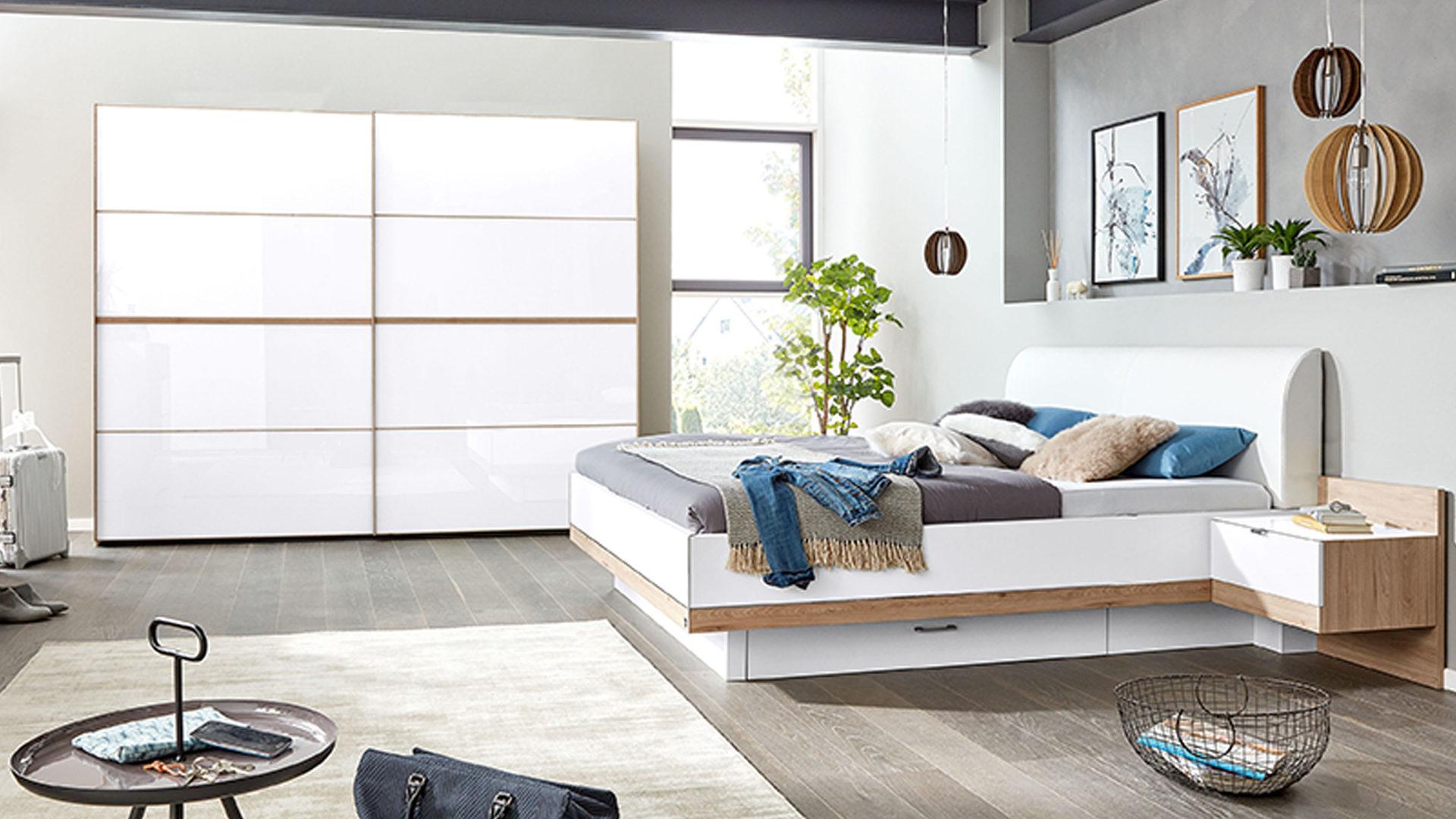 Interliving Schlafzimmer Serie 1010 – Schlafzimmerkombination, weißes Glas  & Jackson eichefarbene Kunststoffoberflächen –
