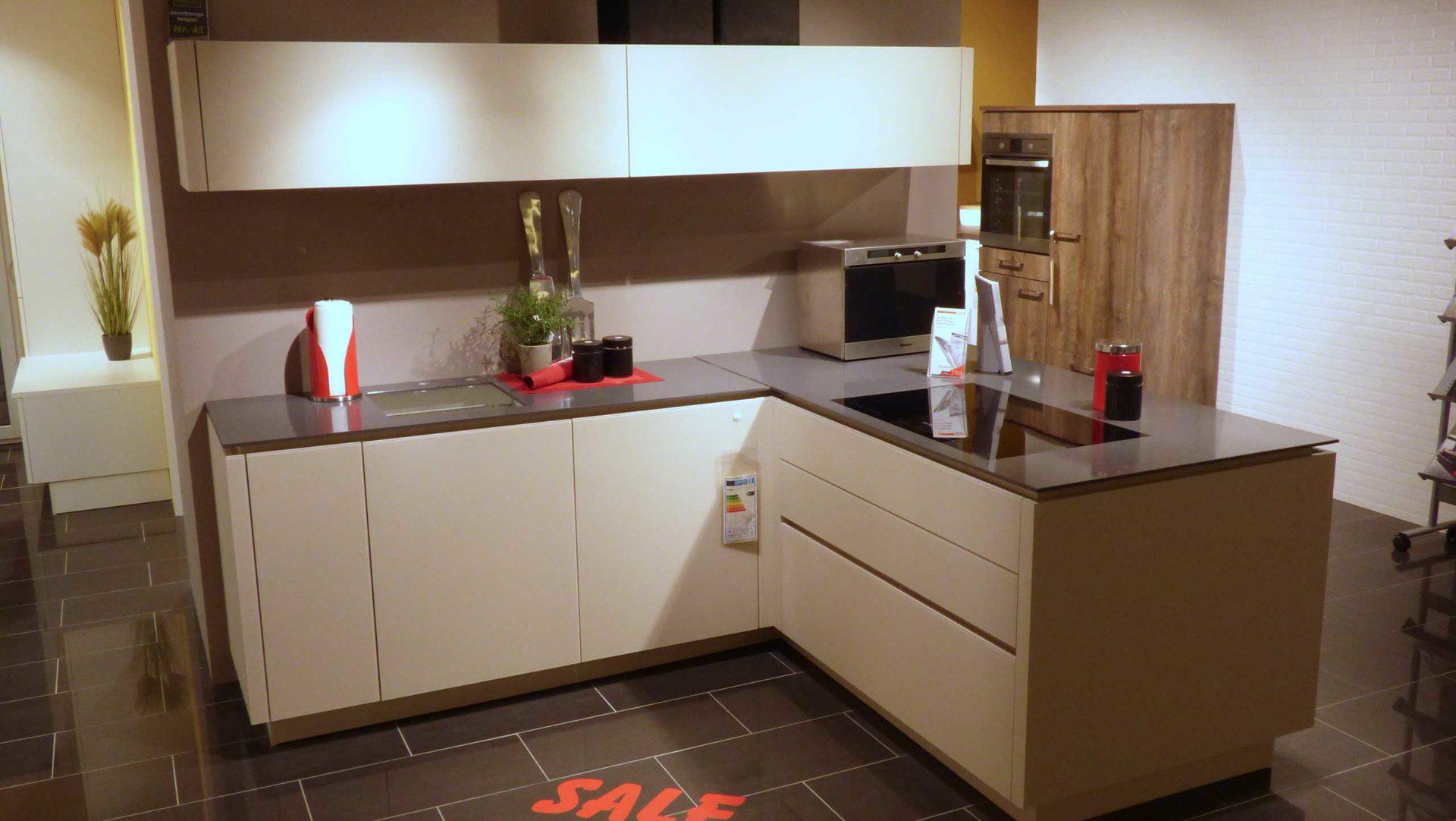 Ausgezeichnet Creme Küchenschränke Mit Schwarzen Geräten Galerie ...