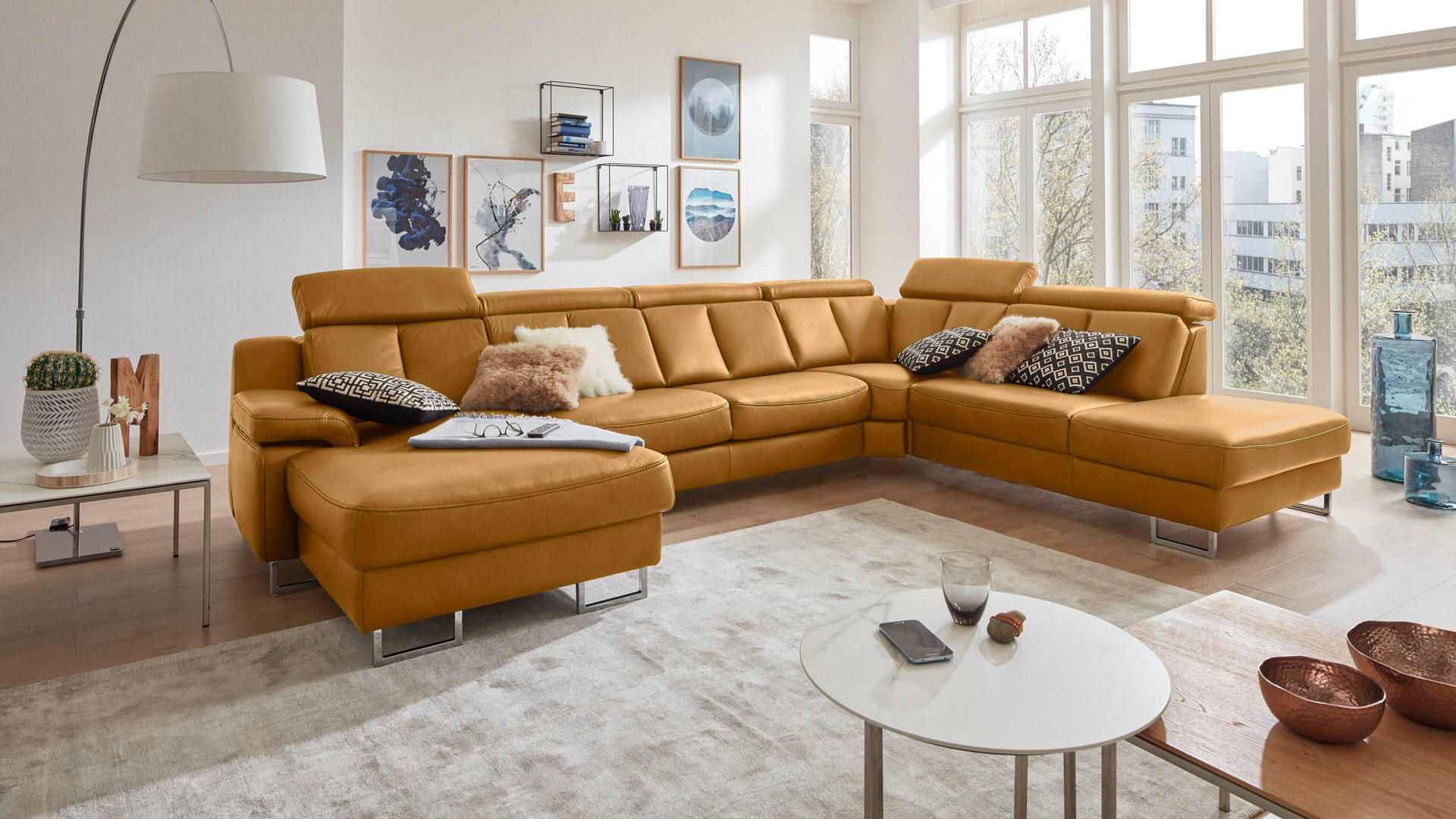 Ecksofa Interliving aus Leder in Gelb Interliving Sofa Serie 4050 – Wohnlandschaft kurkumafarbenes LongLife-Leder Cloudy Kurkuma & Chromfüße – Stellfläche ca. 368 x 261 cm