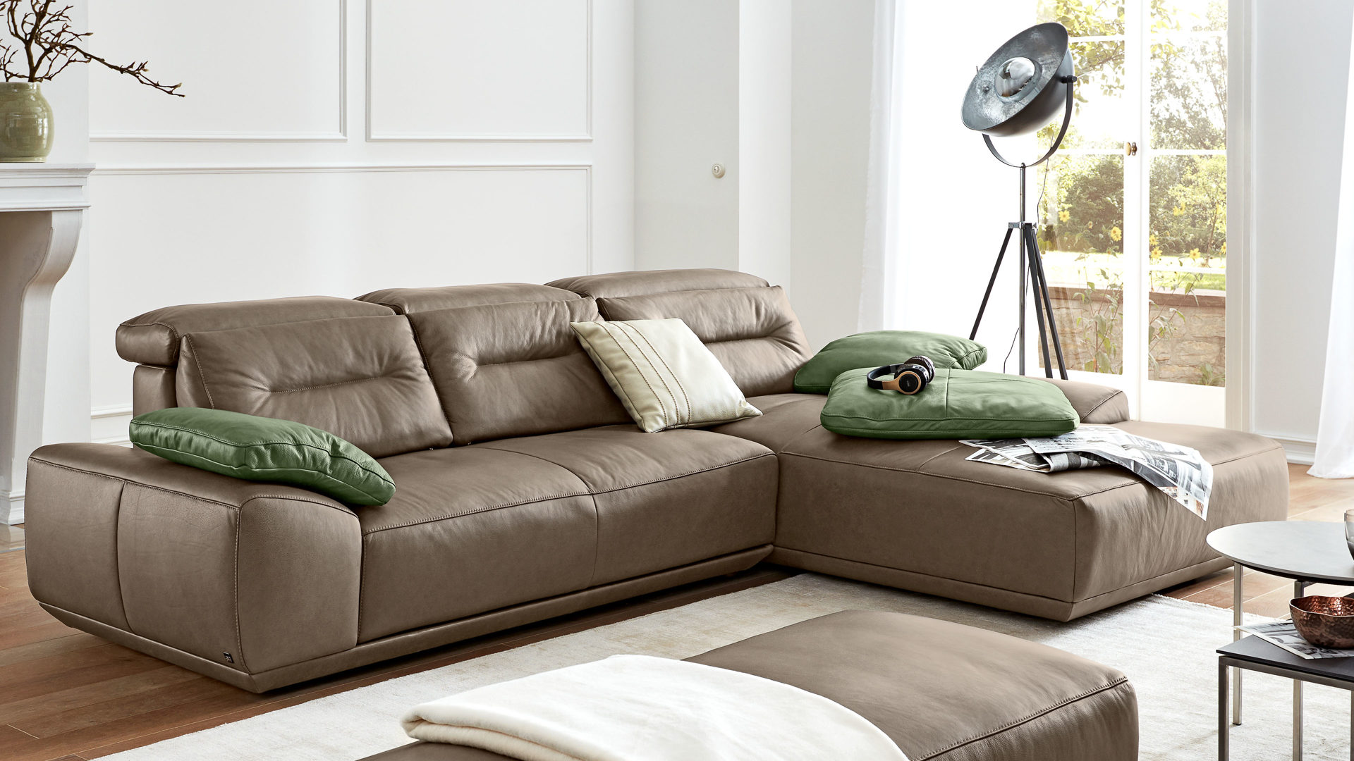 Ecksofa Interliving aus Leder in Braun Interliving Sofa Serie 4000 – Eckkombination braunes Leder Z39.23 mushroom – Schenkelmaß ca. 310 x 209 cm