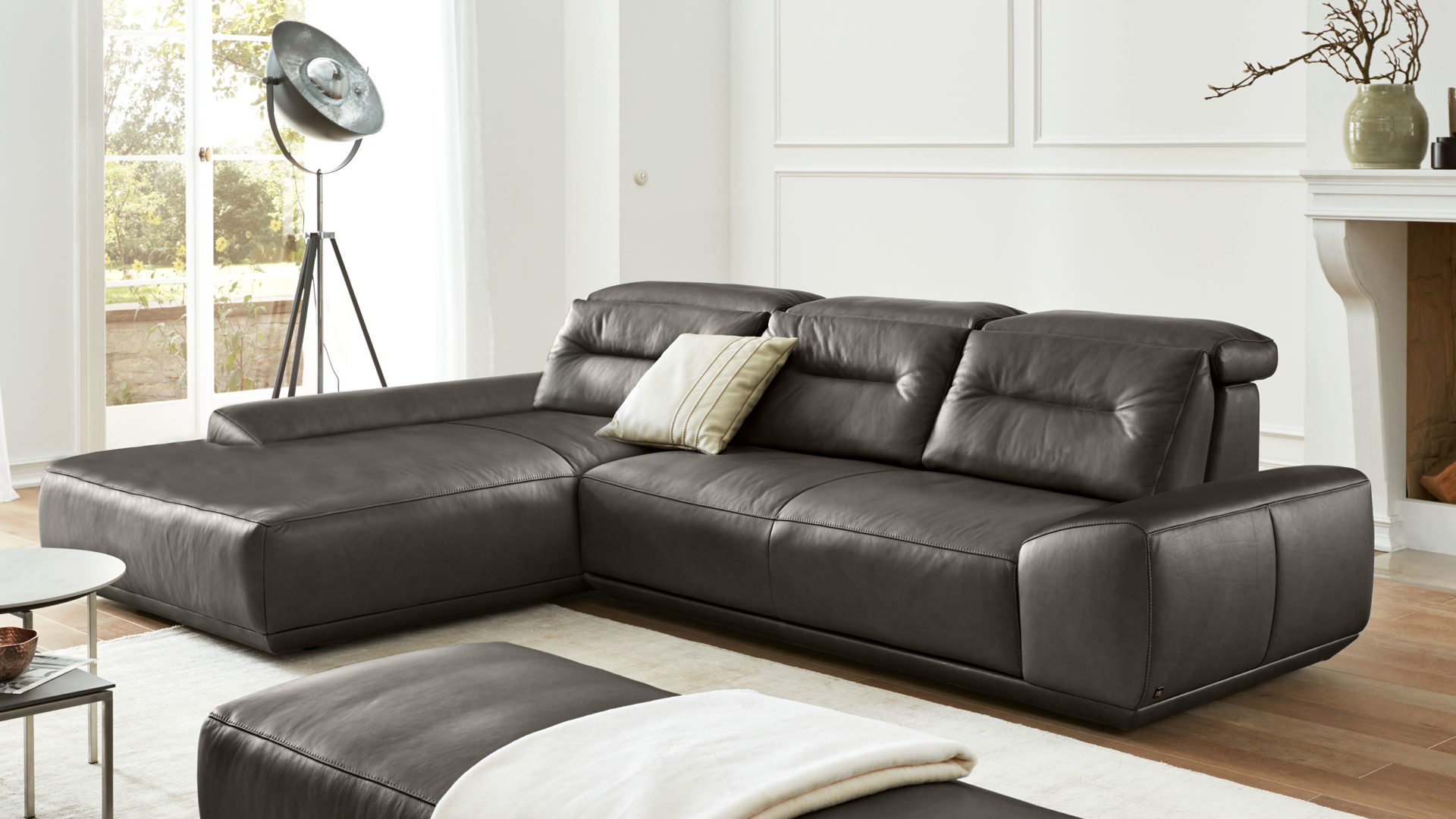 Ecksofa Interliving aus Leder in Grau Interliving Sofa Serie 4000 – Eckkombination graphitfarbenes Leder Z39.94 – Schenkelmaß ca. 209 x 310 cm
