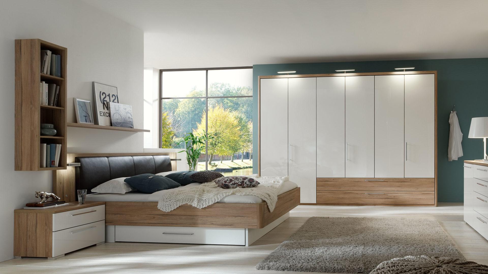 modernes PARTNERRING COLLECTION Schlafzimmer mit Möbeln zum Wohlfühlen,  alpinweiße Hochglanzoberflächen & Volano eichefarben