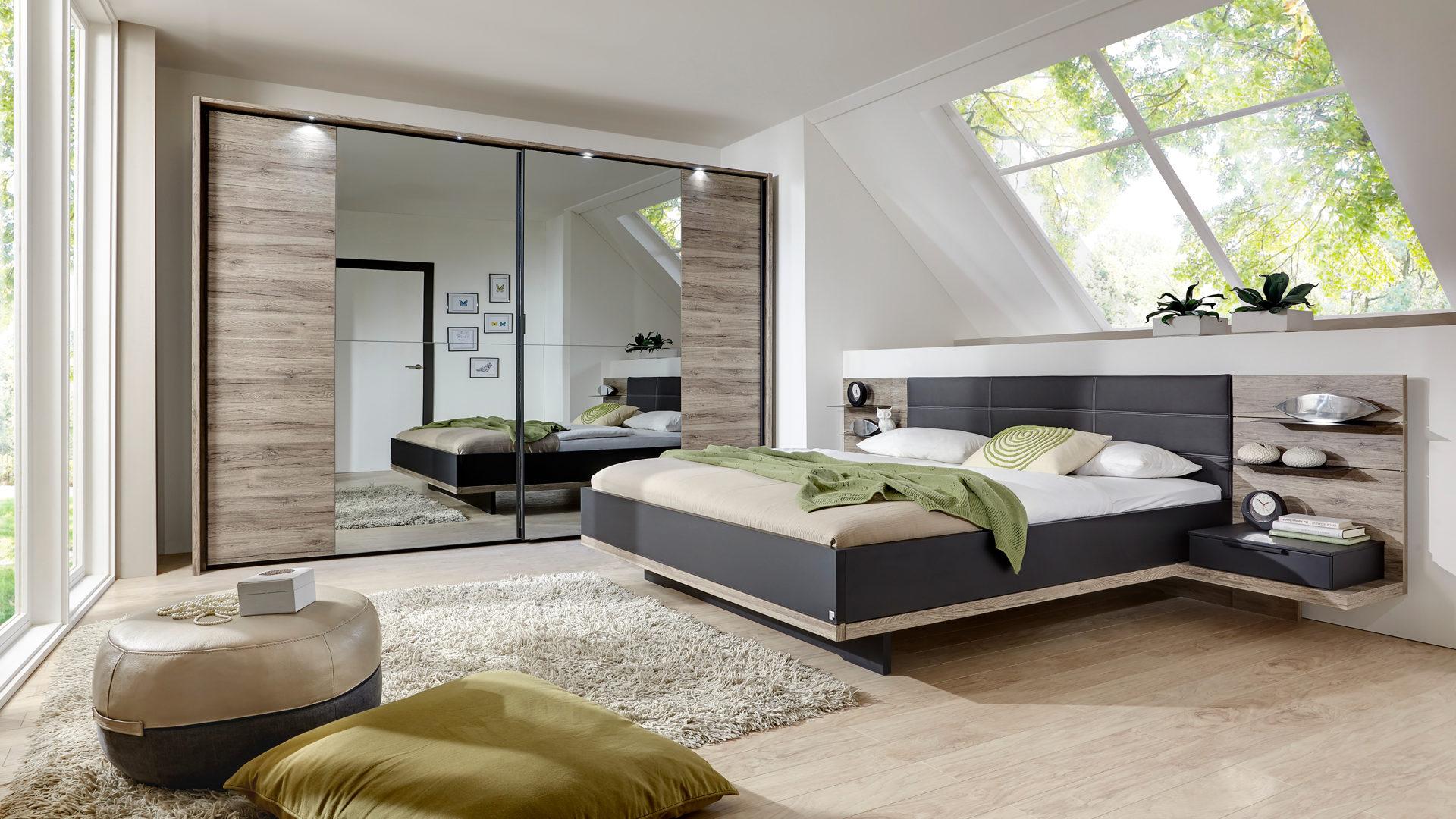 Schlafzimmer mit Doppelbettgestell und Schwebetürenschrank, Sanremo ...