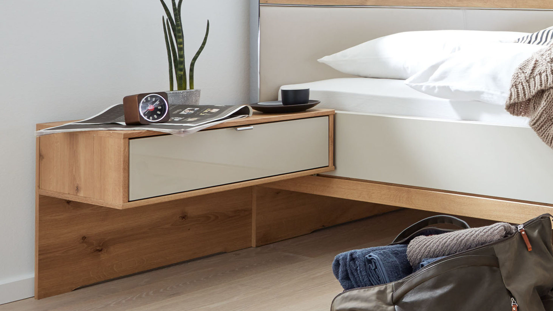 Nachtkommoden-Set Interliving aus Holz in Weiß Interliving Schlafzimmer Serie 1017 – Hängekonsolen-Set 618 Bianco eichefarbene & champagnerfarbene Oberflächen – zweiteilig