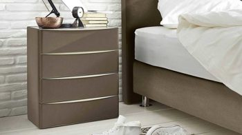 Nachtkommode Interliving aus Stoff in Braun Interliving Boxspringbett Serie 1402 – Nachtkommode schlammfarbenes Kunstleder Santiago 631200 – vier Schubladen